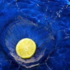 Free Lemon Splashing Blue Water Royalty Free Stock Photos - 15290518