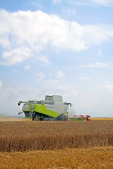 Free Combine For Harvesting Wheat Stock Photos - 15366533