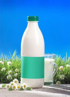Free Milk Bottle And Glass Outside Royalty Free Stock Image - 15371256