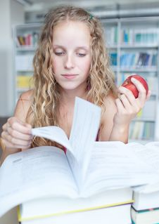 Free Female College Student In A Library Royalty Free Stock Photography - 15423137