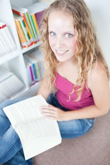 Free Female College Student In A Library Royalty Free Stock Photos - 15423258