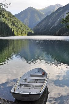 Free Peaceful Mountainscape With Boat Stock Photo - 15426410