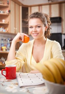 Free Pretty Woman In The Kitchen Royalty Free Stock Images - 15431239