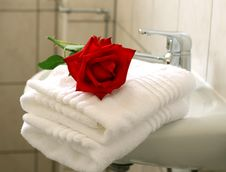 White Towels And Red Rose Royalty Free Stock Image