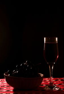 Free Wine Glass And Grapes Royalty Free Stock Photography - 1558597