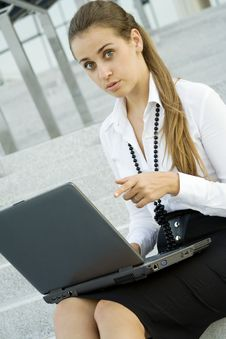Free Business Woman With Laptop Royalty Free Stock Photos - 15501028