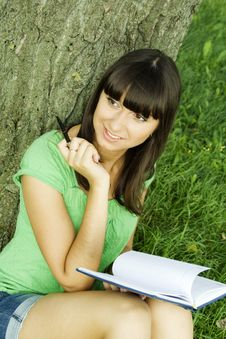 Free Female In A Park With A Notebook Royalty Free Stock Photography - 15501597