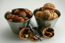 Free Basket Of Walnuts And Hazelnuts Royalty Free Stock Photos - 15503478