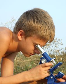 Free Boy And Microscope Royalty Free Stock Photography - 15523387