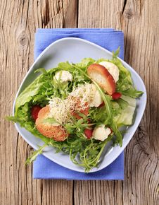 Free Fresh Vegetable Salad With Crostini Stock Photos - 15523793