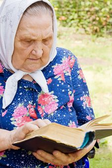 Free Senior Woman With The Bible Royalty Free Stock Photo - 15526715