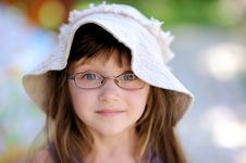 Free Toddler Girl In Sun Hat On The Green Background Royalty Free Stock Photography - 15536167