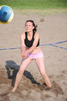 Free Girl Playing Beach Volleyball Stock Images - 15539104