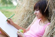 Free Lovely Girl Drawing In The Park Royalty Free Stock Images - 15539569