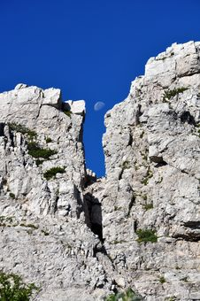 Free Moon Between Rocks Stock Image - 15548301