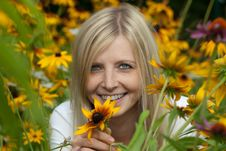 Free Young Woman Holding A Yellow Flower And Smiling Stock Photography - 15567562