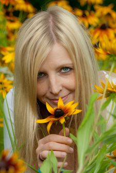 Free Young Woman Holding A Yellow Flower And Smiling Stock Photos - 15567573