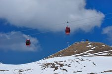 Free Red Cable Car On Snow Mountain Royalty Free Stock Photography - 15572257