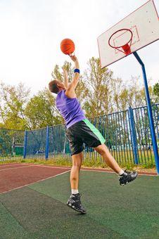 Young Man Playing Basketball Stock Photography