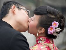 Free Kissing Newly-married Couple Royalty Free Stock Photography - 15610897