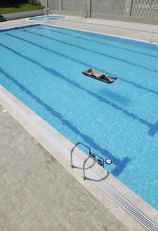 Woman Relax On Swimming Pool Royalty Free Stock Photography