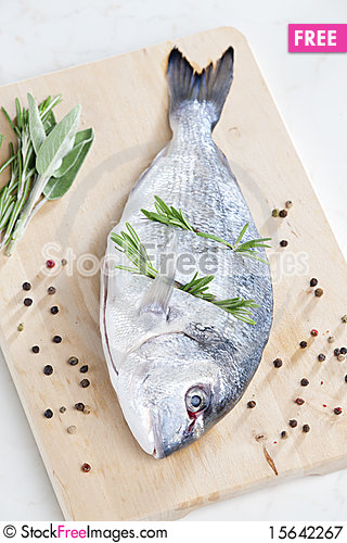 Free Raw Bream Royalty Free Stock Photography - 15642267