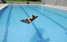 Free Woman Relax On Swimming Pool Royalty Free Stock Photos - 15661388