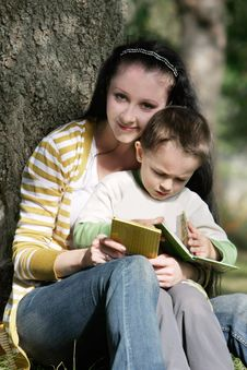 Free Mother And Son Reading Book Stock Images - 15666154