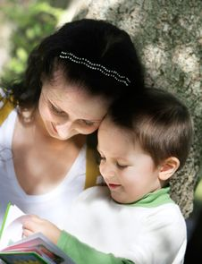 Free Mother And Son Reading Outdoors Royalty Free Stock Image - 15666216