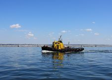 Free Moving Tugboat Royalty Free Stock Photo - 15666235
