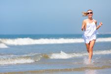 Free Woman Running On The Beach Stock Photos - 15680173