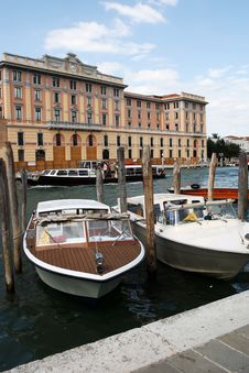 Free Boats In Venice Royalty Free Stock Photos - 15687308