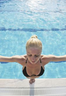 Free Woman Relax On Swimming Pool Stock Photography - 15687902