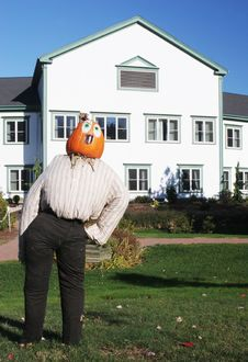Free Pumpkin Person In Front Of A House Royalty Free Stock Photography - 1579097