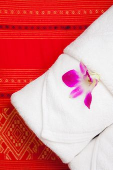Free White Towel And Orchid Stock Photos - 15701023