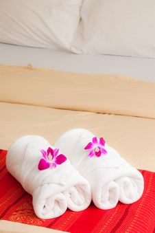 Free White Towel And Orchid Royalty Free Stock Photography - 15702467