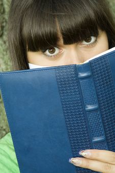 Free Female In A Park With A Notebook Royalty Free Stock Photography - 15722327