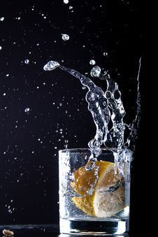 Free A Lemon Falls In Glass Royalty Free Stock Images - 15725149