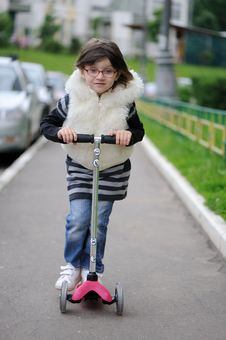 Free Nice Litlle Girl With Pink Scooter Stock Image - 15729251