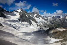 Free Extreme Landscape Of High Mountains Royalty Free Stock Images - 15768409