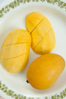Free Ripe Golden Mangoes On White Dish Stock Photos - 15815443