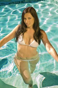 Free Beautiful Brunette Woman In A Pool Royalty Free Stock Photography - 15819487