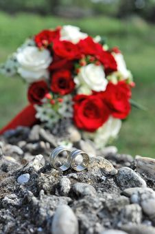 Free Wedding Rings And Bridal Bouquet Royalty Free Stock Photography - 15829157