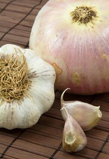 Free Garlic And Onion Royalty Free Stock Photo - 15847635