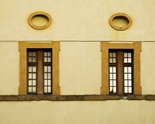 Free Windows And Oval Frames On A Wall In Italy Royalty Free Stock Photography - 15853087