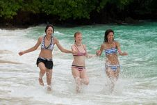 Free Three Girls Run On The Beach Royalty Free Stock Images - 15889779