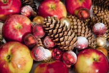 Free Apples, Bumps & Balls With The Snow Royalty Free Stock Photo - 15904285