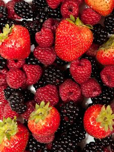 Free Black And Red Raspberries And Strawberries Royalty Free Stock Photography - 15911127