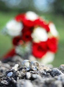 Free Weedind Rings And Bridal Bouquet Royalty Free Stock Image - 15937036