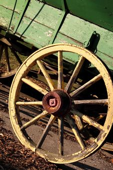 Free Yellow Wagon Wheel Stock Photos - 15952353